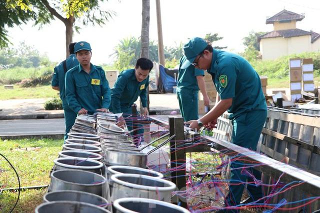 Trận địa pháo hoa trước giờ khai hoả đón năm mới ở Sài Gòn - Ảnh 4.