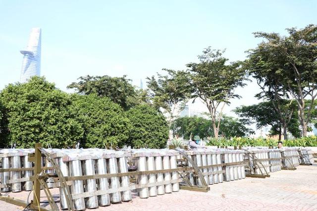 Trận địa pháo hoa trước giờ khai hoả đón năm mới ở Sài Gòn - Ảnh 6.