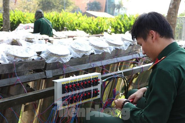 Trận địa pháo hoa trước giờ khai hoả đón năm mới ở Sài Gòn - Ảnh 9.