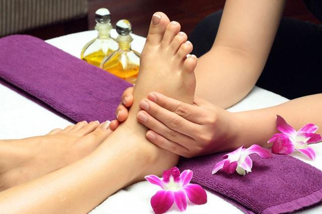 Ngâm chân thôi chưa đủ, hãy thêm cả massage mỗi tối mùa đông để đạt được vô số lợi ích - Ảnh 1.
