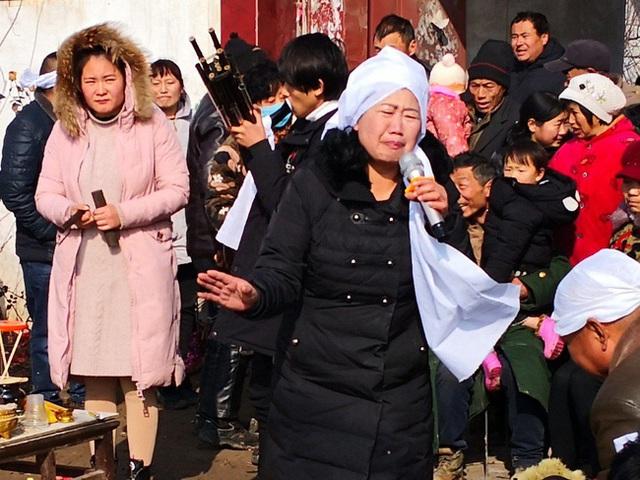 Hành nghề khóc mướn ở các đám tang, người phụ nữ kiếm được hàng trăm triệu mỗi năm nuôi 2 con ăn học thành tài nhưng gây tranh cãi - Ảnh 1.