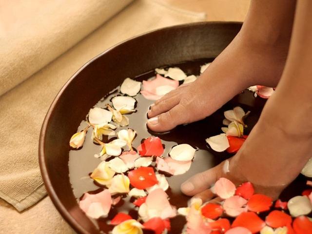 Ngâm chân thôi chưa đủ, hãy thêm cả massage mỗi tối mùa đông để đạt được vô số lợi ích - Ảnh 3.