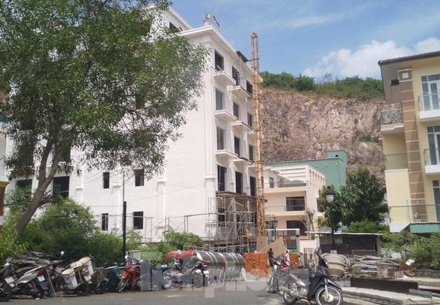 Bị lập chốt chặn, khu biệt thự Ocean View Nha Trang vẫn xây dựng trái phép - Ảnh 3.