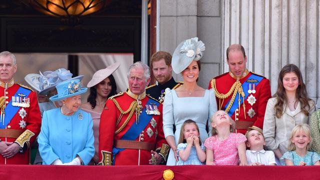 Vợ chồng Meghan Markle sẽ mất quyền kế vị và rời gia đình hoàng gia chính thức sau khi Thái tử Anh lên ngôi? - Ảnh 4.