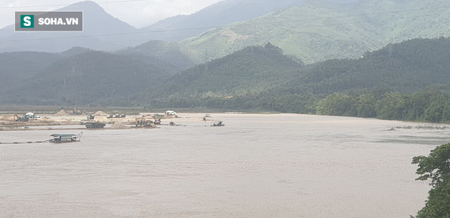 Cận cảnh đại công trường khai thác trên sông Vu Gia, đe dọa an toàn cầu Hà Nha  - Ảnh 1.