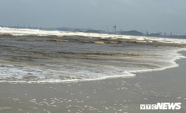 Cận cảnh biển Quảng Ngãi nhuốm màu đen nâu bất thường - Ảnh 1.