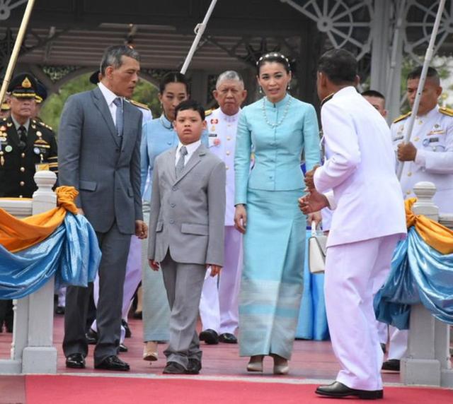Hoàng tử Thái Lan: Là con trai duy nhất của vua nhưng chưa chắc đã được kế vị, phải rời xa vòng tay mẹ từ khi còn nhỏ - Ảnh 11.
