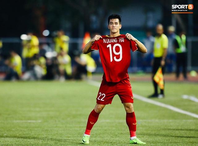 Quang Hải cắn răng, đứng ngồi không yên trước khi vỡ òa với cú sút penalty của Tiến Linh - Ảnh 11.