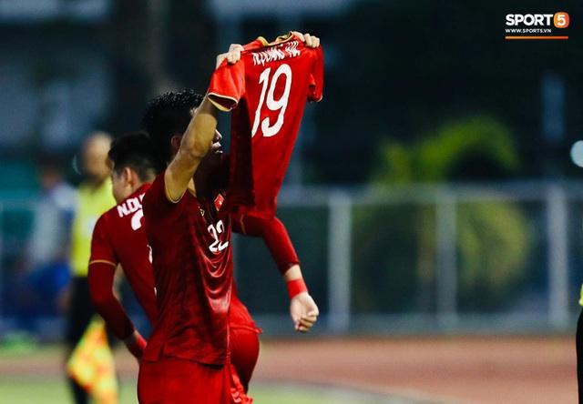 Quang Hải cắn răng, đứng ngồi không yên trước khi vỡ òa với cú sút penalty của Tiến Linh - Ảnh 12.