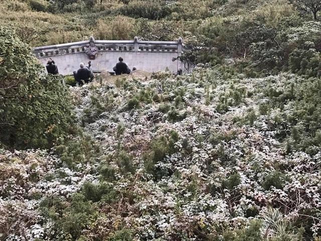 """HOT: Xuất hiện băng giá phủ trắng đỉnh Fansipan, dân tình rục rịch rủ nhau cuối năm lên Sa Pa """"săn"""" tuyết rơi - Ảnh 3."""