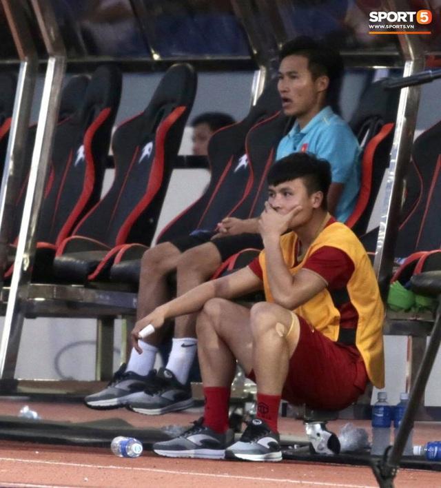 Quang Hải cắn răng, đứng ngồi không yên trước khi vỡ òa với cú sút penalty của Tiến Linh - Ảnh 3.