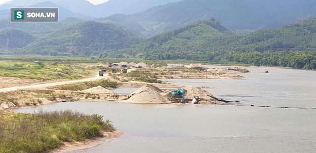 Cận cảnh đại công trường khai thác trên sông Vu Gia, đe dọa an toàn cầu Hà Nha  - Ảnh 4.