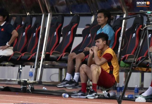 Quang Hải cắn răng, đứng ngồi không yên trước khi vỡ òa với cú sút penalty của Tiến Linh - Ảnh 4.