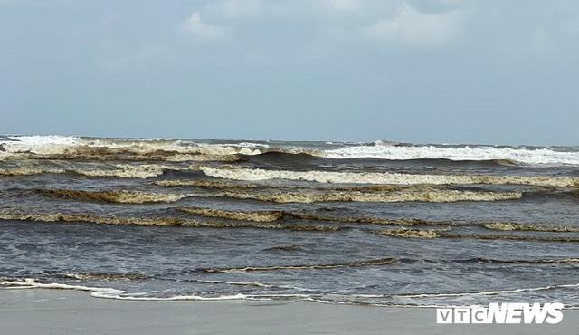 Cận cảnh biển Quảng Ngãi nhuốm màu đen nâu bất thường - Ảnh 5.