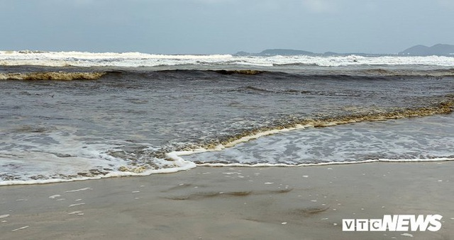 Cận cảnh biển Quảng Ngãi nhuốm màu đen nâu bất thường - Ảnh 6.