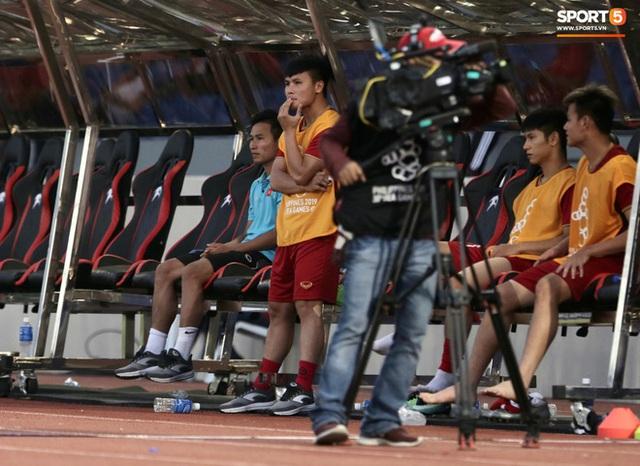 Quang Hải cắn răng, đứng ngồi không yên trước khi vỡ òa với cú sút penalty của Tiến Linh - Ảnh 7.