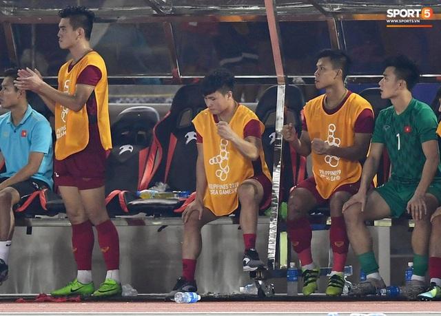 Quang Hải cắn răng, đứng ngồi không yên trước khi vỡ òa với cú sút penalty của Tiến Linh - Ảnh 9.