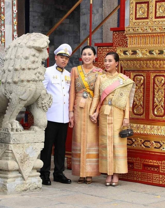 Hoàng tử Thái Lan: Là con trai duy nhất của vua nhưng chưa chắc đã được kế vị, phải rời xa vòng tay mẹ từ khi còn nhỏ - Ảnh 10.