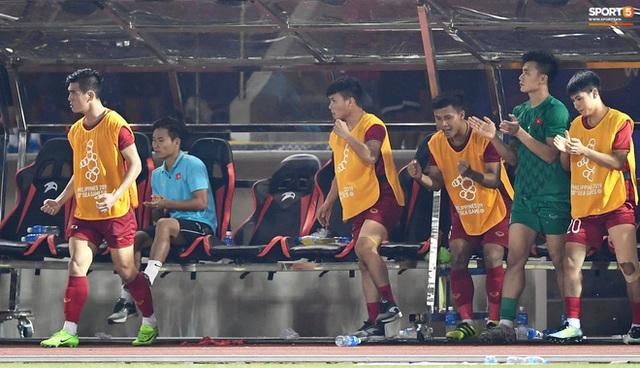 Quang Hải cắn răng, đứng ngồi không yên trước khi vỡ òa với cú sút penalty của Tiến Linh - Ảnh 10.