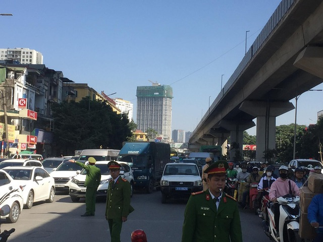 Hà Nội: Xe tải tông xe máy trên đường Nguyễn Trãi khiến 2 người tử vong - Ảnh 1.