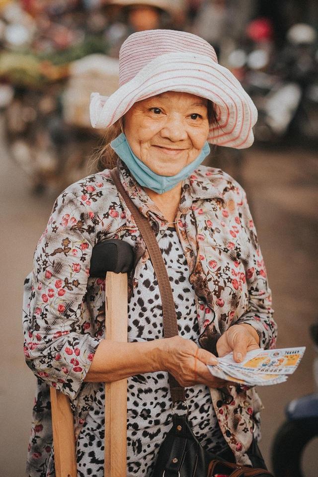 Nụ cười lạc quan của bà bán vé số dạo và món quà xúc động từ nhiếp ảnh gia - Ảnh 2.