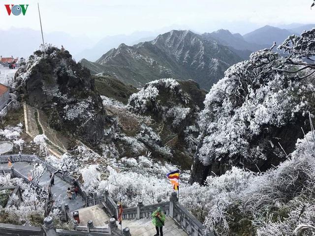 Chiêm ngưỡng băng tuyết phủ trắng đỉnh Fansipan - Ảnh 13.