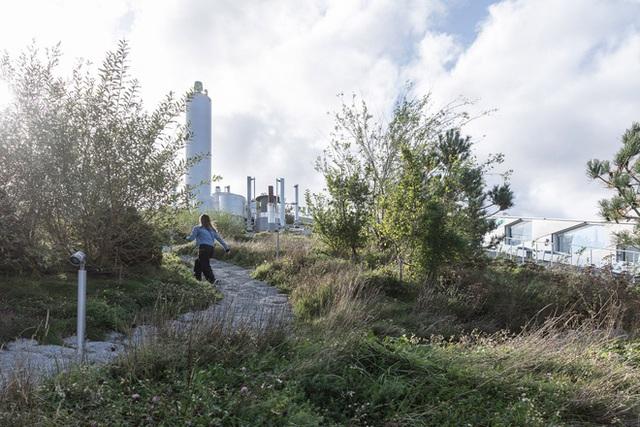 Nhà máy đốt rác ở Đan Mạch xịn tới mức cho dân địa phương trèo lên nóc để trượt tuyết, leo núi, vui chơi - Ảnh 5.
