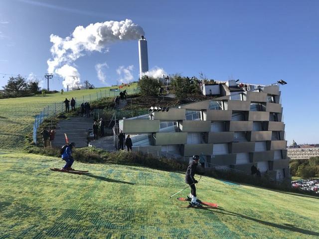 Nhà máy đốt rác ở Đan Mạch xịn tới mức cho dân địa phương trèo lên nóc để trượt tuyết, leo núi, vui chơi - Ảnh 8.