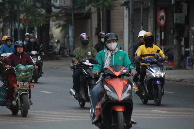 Người Sài Gòn khoác áo mưa, quấn khăn... chống lạnh buổi sáng - Ảnh 2.
