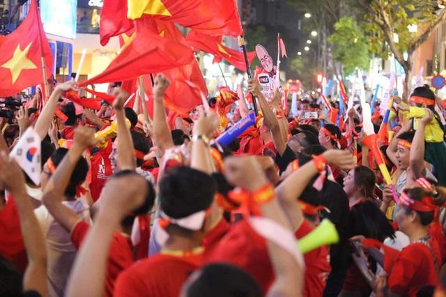Biển người hâm mộ hò reo sung sướng khi Đức Chinh lập cú đúp, gia tăng cách biệt cho U22 Việt Nam - Ảnh 1.