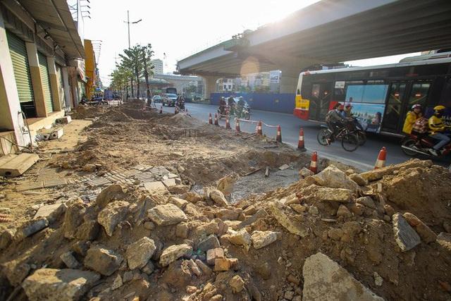Cận cảnh tình trạng nhếch nhác tại tuyến đường 3.100 tỉ đồng vừa thông xe  - Ảnh 2.