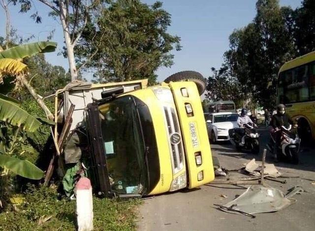 Xe Innova đâm lật xe tải ở Thái Bình, 6 người bị thương nặng - Ảnh 1.