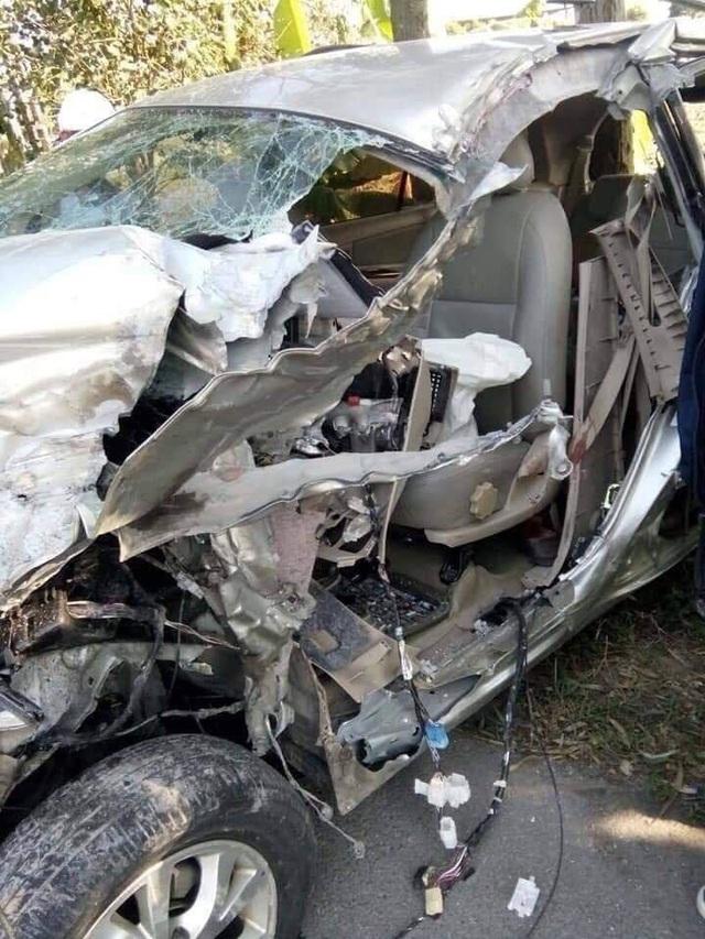 Xe Innova đâm lật xe tải ở Thái Bình, 6 người bị thương nặng - Ảnh 2.