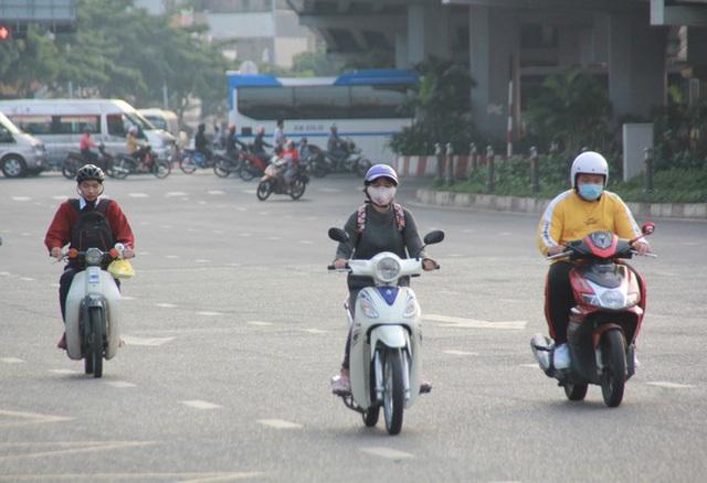 Người Sài Gòn khoác áo mưa, quấn khăn... chống lạnh buổi sáng - Ảnh 11.