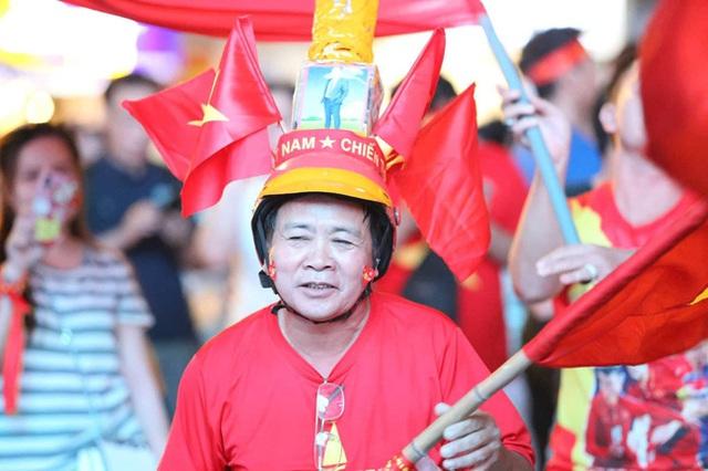 Biển người hâm mộ hò reo sung sướng khi Đức Chinh lập cú đúp, gia tăng cách biệt cho U22 Việt Nam - Ảnh 11.