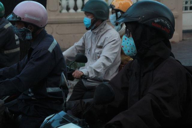 Người Sài Gòn khoác áo mưa, quấn khăn... chống lạnh buổi sáng - Ảnh 13.