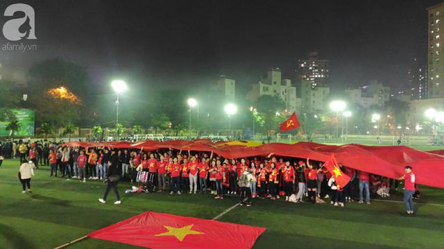 Biển người hâm mộ hò reo sung sướng khi Đức Chinh lập cú đúp, gia tăng cách biệt cho U22 Việt Nam - Ảnh 3.