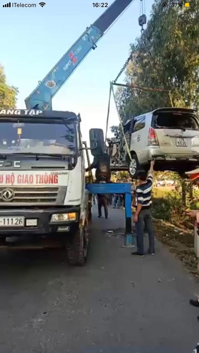 Xe Innova đâm lật xe tải ở Thái Bình, 6 người bị thương nặng - Ảnh 3.