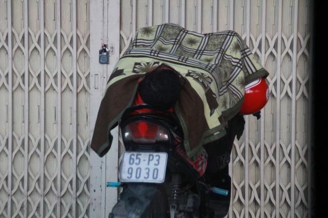 Người Sài Gòn khoác áo mưa, quấn khăn... chống lạnh buổi sáng - Ảnh 5.