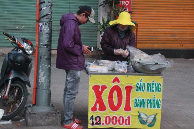 Người Sài Gòn khoác áo mưa, quấn khăn... chống lạnh buổi sáng - Ảnh 7.