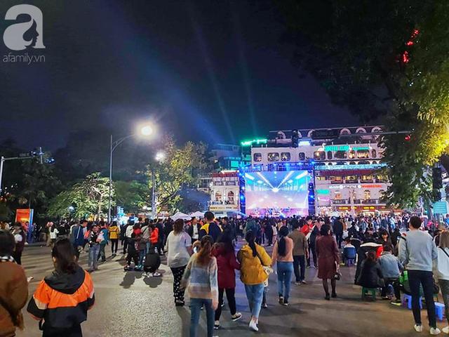 Biển người hâm mộ hò reo sung sướng khi Đức Chinh lập cú đúp, gia tăng cách biệt cho U22 Việt Nam - Ảnh 7.