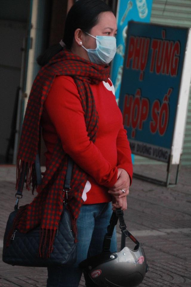 Người Sài Gòn khoác áo mưa, quấn khăn... chống lạnh buổi sáng - Ảnh 8.