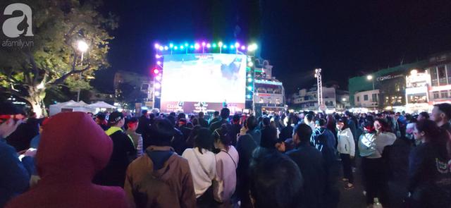 Biển người hâm mộ hò reo sung sướng khi Đức Chinh lập cú đúp, gia tăng cách biệt cho U22 Việt Nam - Ảnh 8.