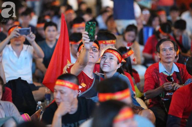 Biển người hâm mộ hò reo sung sướng khi Đức Chinh lập cú đúp, gia tăng cách biệt cho U22 Việt Nam - Ảnh 9.