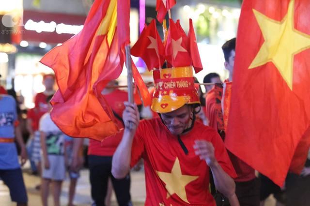 Biển người hâm mộ hò reo sung sướng khi Đức Chinh lập cú đúp, gia tăng cách biệt cho U22 Việt Nam - Ảnh 10.