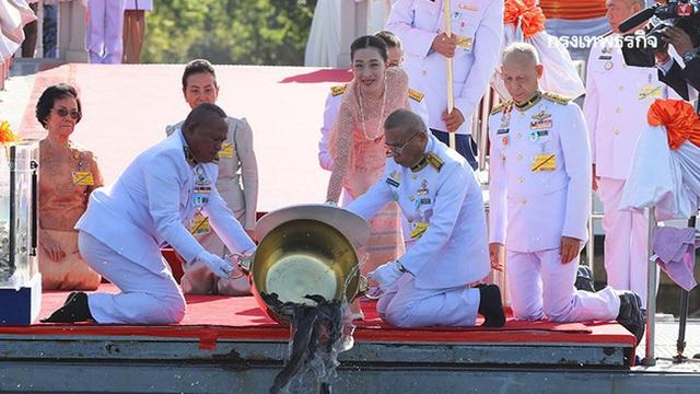 Hai nàng công chúa khác nhau một trời một vực của Hoàng gia Thái Lan: Người dịu dàng chuẩn mực, người nổi loạn cá tính - Ảnh 2.