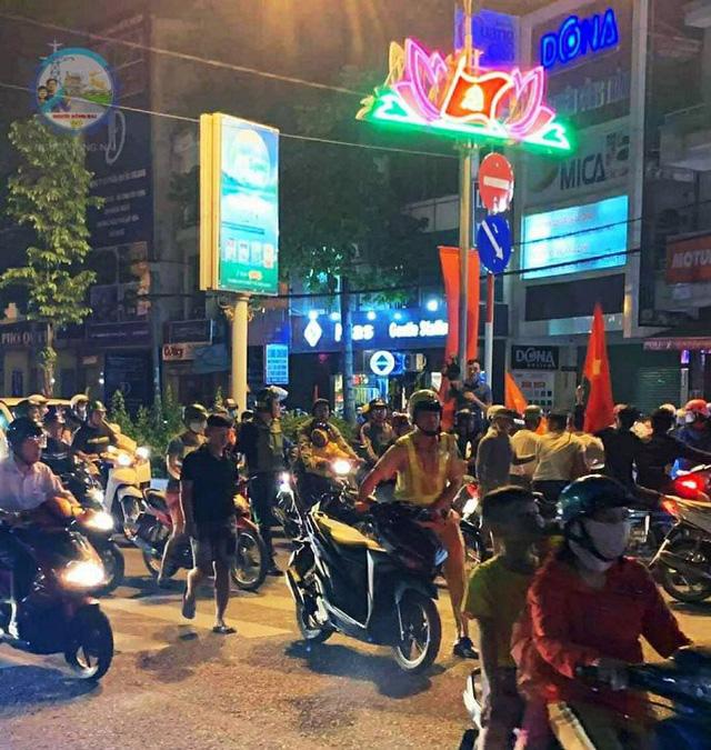 """Hàng loạt xe máy """"đi bão"""" sau trận thắng của U22 Việt Nam bị tạm giữ - Ảnh 1."""