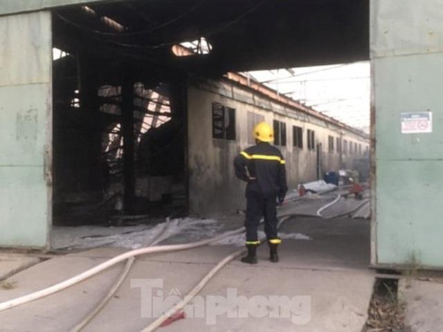Cháy lớn ở công ty gỗ rộng 2.000m2 tại Bình Dương - Ảnh 1.