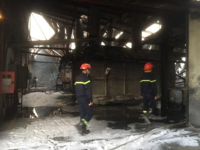 Cháy lớn ở công ty gỗ rộng 2.000m2 tại Bình Dương - Ảnh 2.