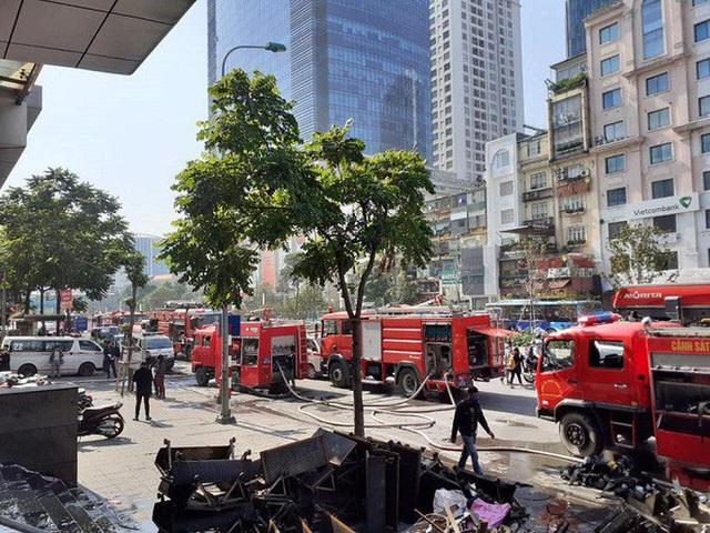 Cháy tại tòa nhà cao tầng chi nhánh ngân hàng BIDV, khoảng 60 người thoát ra ngoài an toàn  - Ảnh 2.